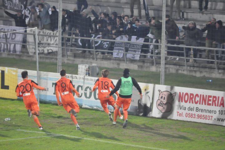 Lucchese-Siena 2-3, derby rocambolesco